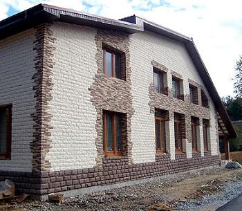 Здание отделано искусственным камнем.